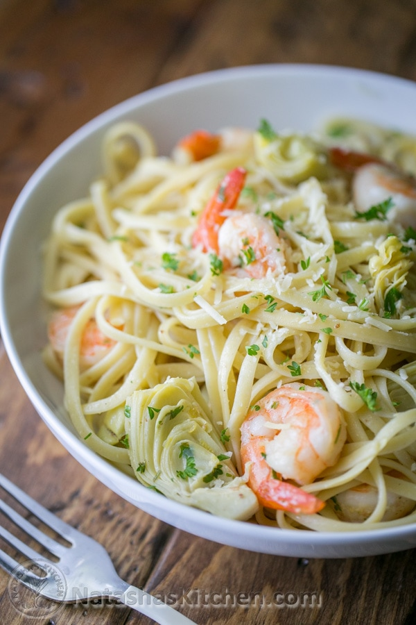 ¡Esta pasta linguini de camarones y alcachofas es una comida de 30 minutos! Tiene una salsa de hierba de limón fresca y ligera - ¡DELICIOSO! El | natashaskitchen.com