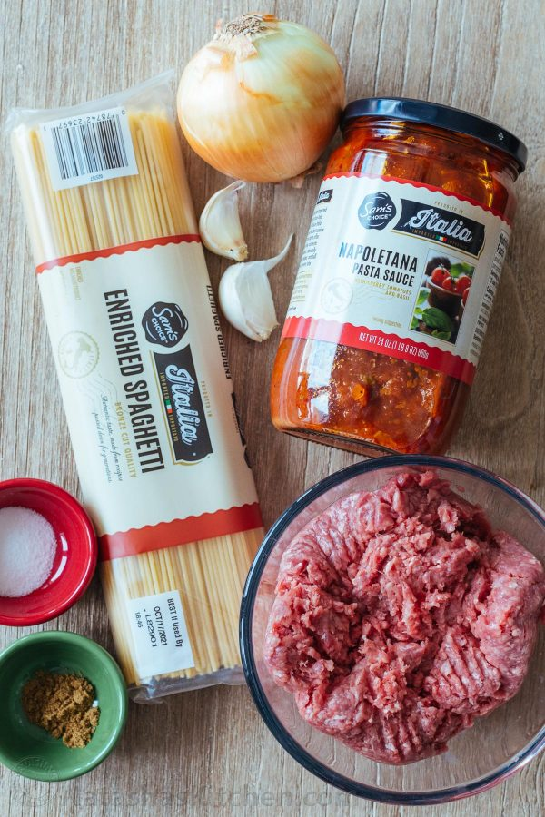 Pasta de espagueti para salsa de carne con los ingredientes restantes