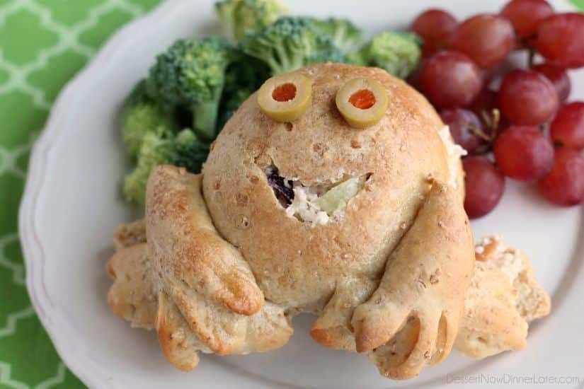 Los sándwiches de ensalada de pollo Froggy son un almuerzo divertido y amigable para los niños hecho con masa congelada de Rodas.