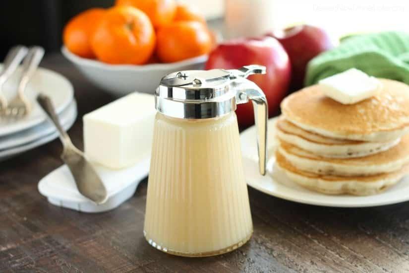 ¡Olvídate del jarabe de arce! ¡Blonde Butter Syrup es el MEJOR jarabe casero que jamás hayas probado! Es cremoso, rico, mantecoso, y con solo 3 ingredientes, ¡puedes prepararlo en poco tiempo! Perfecto para fines de semana perezosos y desayuno de Navidad también!