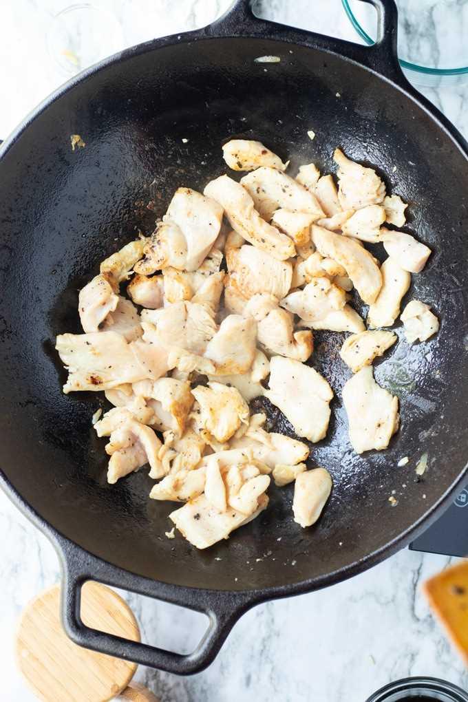 trozos de pollo en un wok