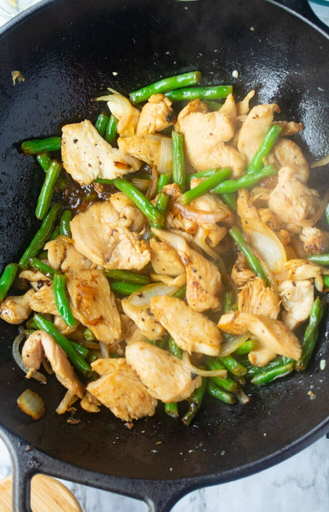 pollo y judías verdes salteadas en wok