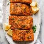 Air Fryer receita de salmão guarnecido com fatias de limão e salsa