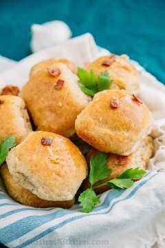 Hornee su propio pampushki de ajo dorado delicioso. Estos pampushki de ajo son crujientes por fuera y muy suaves por dentro. ¡Los amarás!