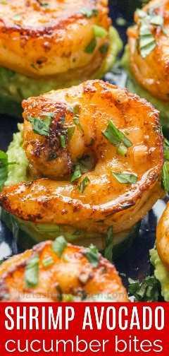 Primer plano de aperitivos de camarones con camarones cajún sobre aguacate extendido sobre picaduras de pepino