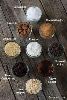 Barras de arroz Krispie revestidas de chocolate carregadas: um delicioso fundo crocante e crocante, coberto com um ganache de chocolate agridoce. (Você ficará surpreso com todos os ingredientes saudáveis incluídos nessas deliciosas sobremesas!)