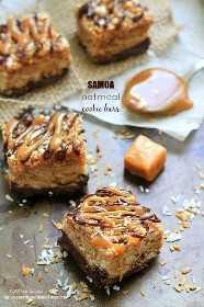 Barras de galletas de avena y Samoa: estas barras de galletas suaves de avena combinan los adorados sabores de caramelo, chocolate y coco de las galletas Samoa Girl Scout.