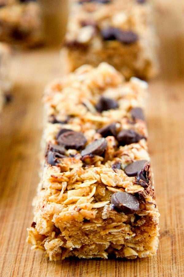 Barras de granola con trocitos de chocolate y mantequilla de maní a Barras de granola masticables con trocitos de chocolate y mantequilla de maní