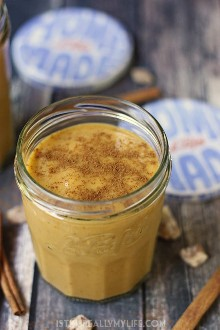 Smoothie Cremoso de Proteína de Especiarias de Abóbora - Este shake de proteína de especiarias de abóbora combina abóbora cremosa e especiarias com leite de amêndoa e datas para um café da manhã para viagem inspirado no outono.