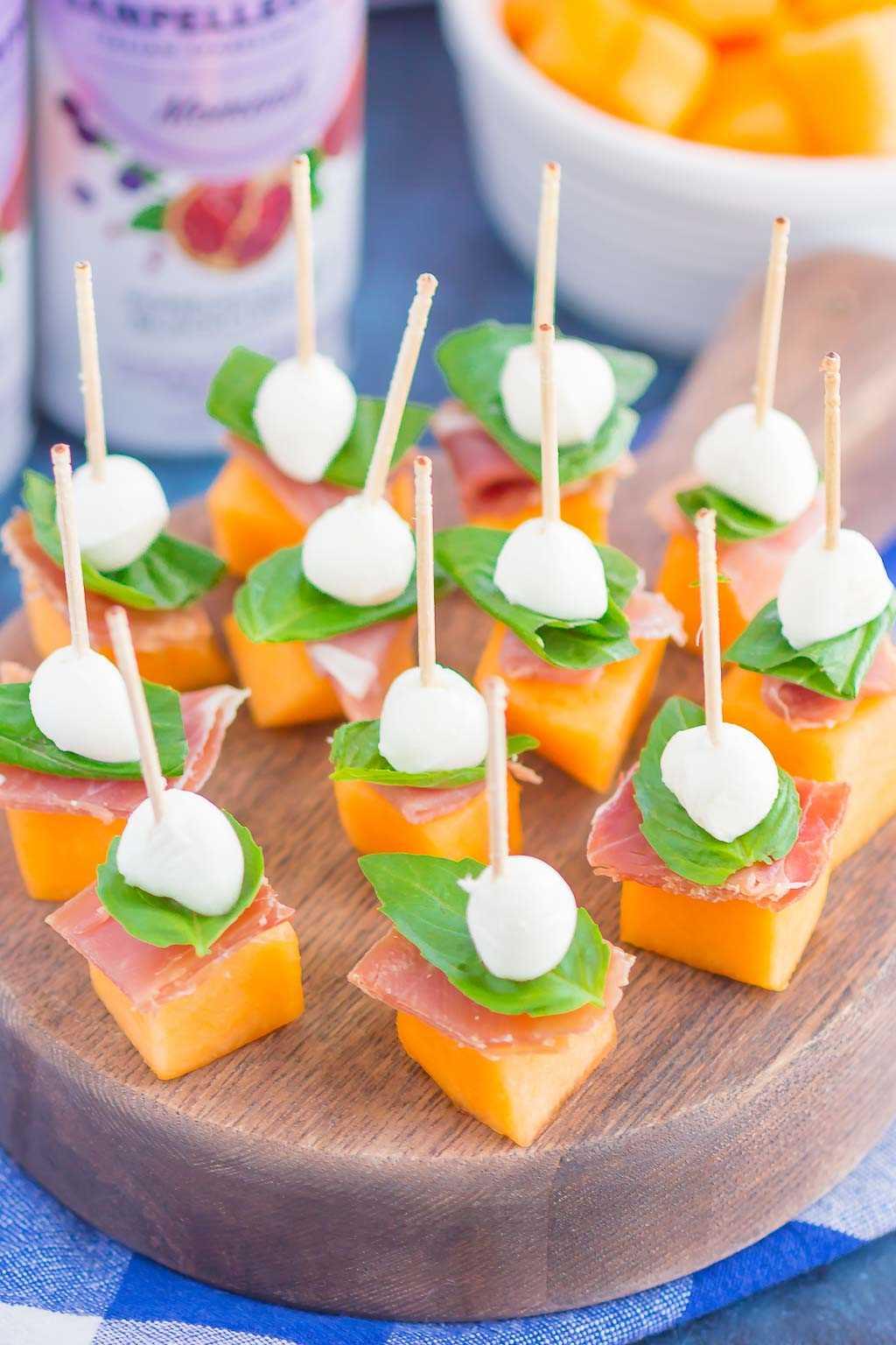 Prosciutto Melon Bites es un aperitivo simple, dulce y salado que es perfecto para cualquier momento. El prosciutto salado y el melón dulce se combinan con mozzarella fresca y albahaca para crear una combinación hecha en el paraíso de la comida. ¡Fácil de preparar y listo en poco tiempo, a todos les encantarán estos sabrosos bocados! #prosciuttobites #melonbites #prosciuttomelon #prosciuttoappetizer
