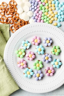 As mordidas de pretzel de flores são doces, salgadas e deliciosas, um presente fácil e divertido para a Páscoa, primavera ou dia das mães.