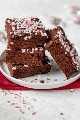 Brownies de menta veganos finales apilados en un plato pequeño