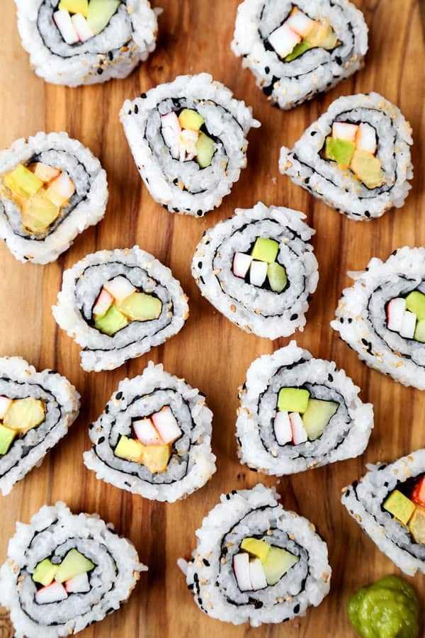California Roll & Spicy California Roll: receita fácil de sushi caseiro com um vídeo passo a passo de como fazer. #sushirecipes #japanesefood #healthyrecipes #californiarolls   pickledplum.com