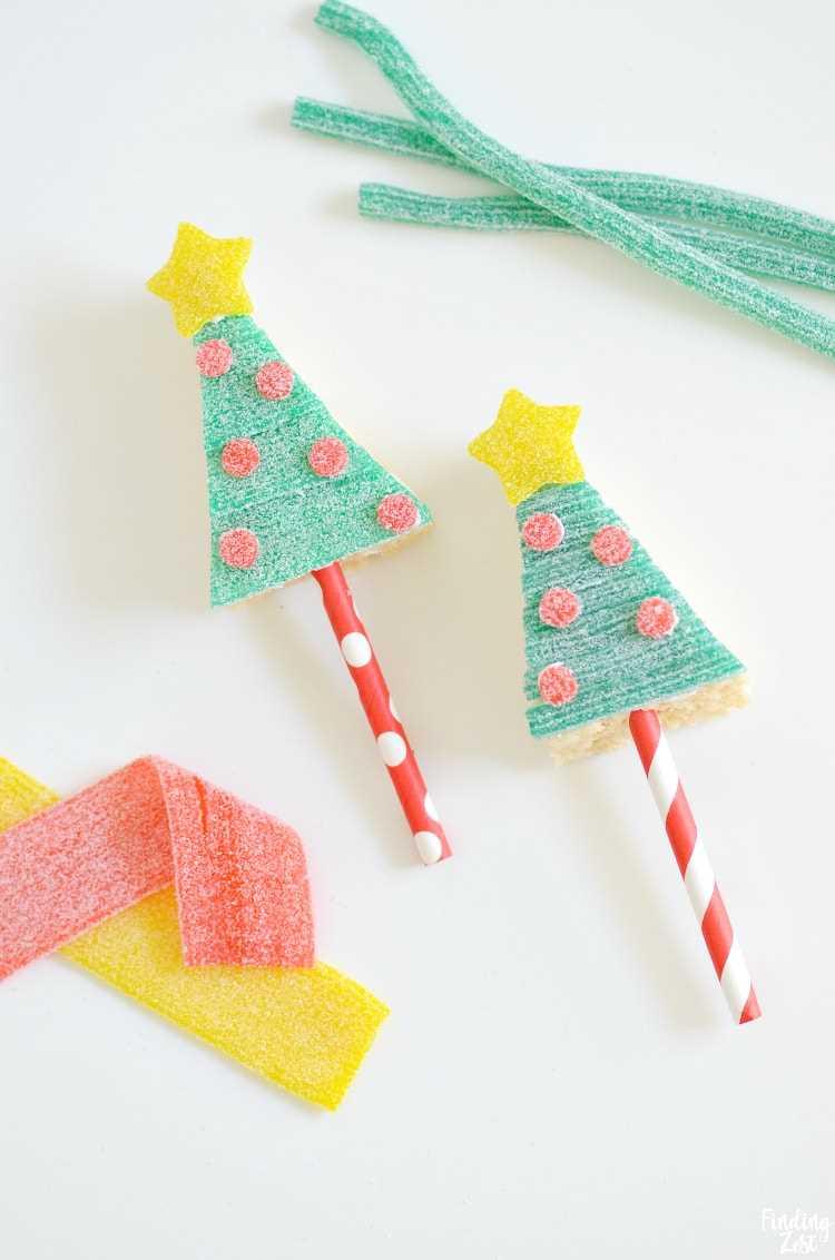 ¡Haga que su mesa de dulces navideños brille con estas golosinas Krispie Rice de árbol de Navidad con Sour Power Candy! Este postre festivo sin hornear es una actividad divertida para todas las edades. Todos los ingredientes se pueden comprar en la tienda para que pueda concentrarse en decorar estas golosinas en un palo. Perfecto para repartir como favores de fiesta o regalos en el aula.