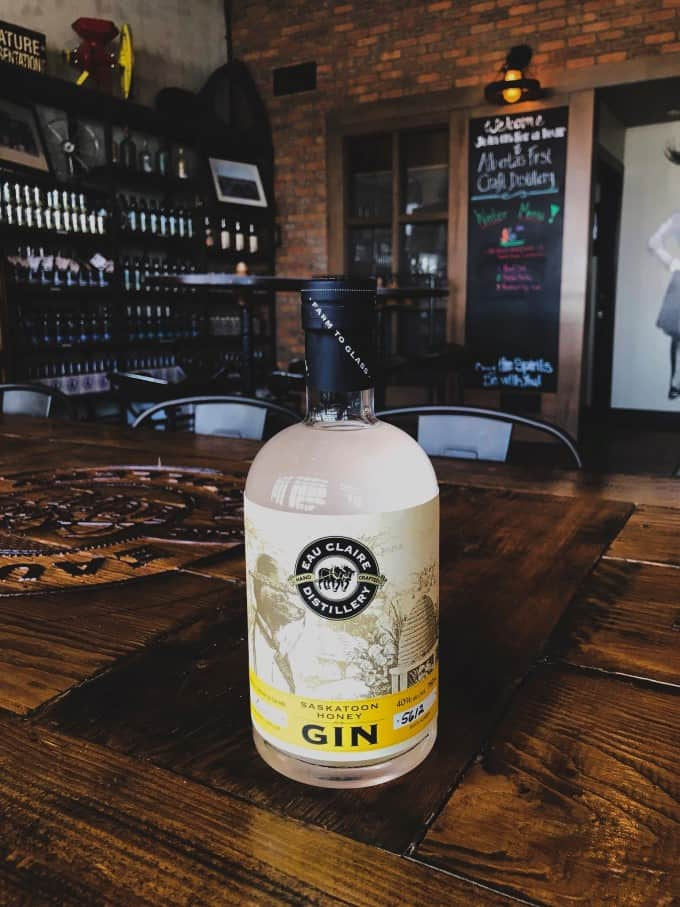 Botella Saskatoon Honey Gin en la destilería