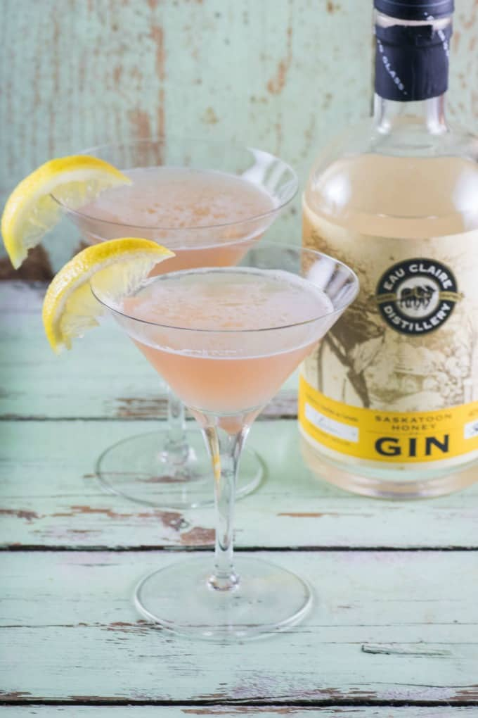 Saskatoon Honey Gin Bramble Cocktail en copas de martini con Eau Claire Gin.