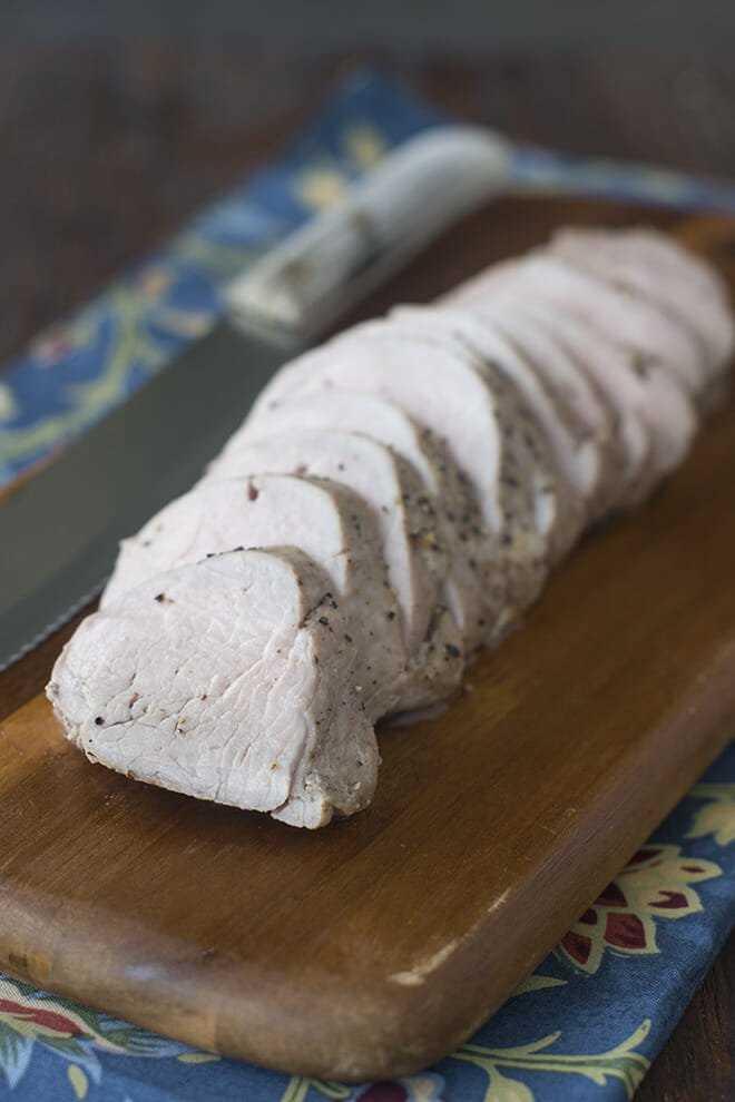 """Cocinar un lomo de cerdo jugoso puede ser difícil, pero aquí tenemos todos los trucos que necesitas. """"Width ="""" 660 """"height ="""" 990 """"data-pin-description ="""" Puede ser difícil cocinar un lomo de cerdo jugoso, pero tenemos todos los trucos que necesitas aquí. # recetas de carne de cerdo # noches ocupadas # comidas fáciles # recetas de cena """"/></p> <h2>¿Qué es el lomo de cerdo?</h2> <p>No debe confundirse con el lomo de cerdo, el lomo de cerdo es un trozo de carne más pequeño que proviene de una parte diferente del animal. A veces denominado filete de cerdo o licitación de cerdo, generalmente se vende entero y tiene un promedio de alrededor de una libra de carne.</p> <h2>¿Cómo se cocina el lomo de cerdo?</h2> <p>A diferencia de la carne de cerdo y la paleta de cerdo, que se asan bien y como se muestra aquí, el lomo de cerdo puede terminar seco cuando se cocina. Eso es porque es un corte magro de carne. Por lo tanto, cocinarlo puede ser un desafío, aunque no es imposible. Debes cocinarlo bastante rápido a fuego alto, para que alcance una temperatura interna de 145 ° F.</p> <h2>Guía paso por paso:</h2> <p>Solo hay algunas cosas que debes hacer para obtener un lomo de cerdo realmente jugoso. Así es cómo.</p> <h3>Paso # 1: retire la piel plateada</h3> <p><img class="""