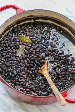 Como cozinhar feijões secos: fácil e fácil de congelar! Feijão caseiro pode ser usado para qualquer receita que exija feijão enlatado (sem BPA!) | natashaskitchen.com