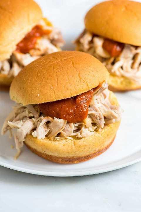 Como fazer frango desfiado macio e saboroso usando um fogão lento. Experimente esta receita fácil e use-a para sanduíches, tacos e muito mais.