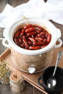 Crockpot Little Smokies es un aperitivo fácil para fiestas, el gran juego o las vacaciones. Solo tres ingredientes y una olla de cocción lenta es todo lo que necesita para estas salchichas de cóctel. ¡La salsa dulce y picante también es excelente en las albóndigas!