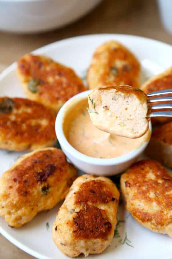croquetas de salmón con salsa de eneldo: esta es una cena familiar de salmón llena de sabores, saludable para el corazón y lista en 25 minutos, croquetas de salmón (o empanadas / pasteles) servidas con una deliciosa salsa de salsa de eneldo, limón, mayonesa y sriracha . #salmoncroquettes #salmonpatties #fishrecipe #salmonrecipe | pickledplum.com