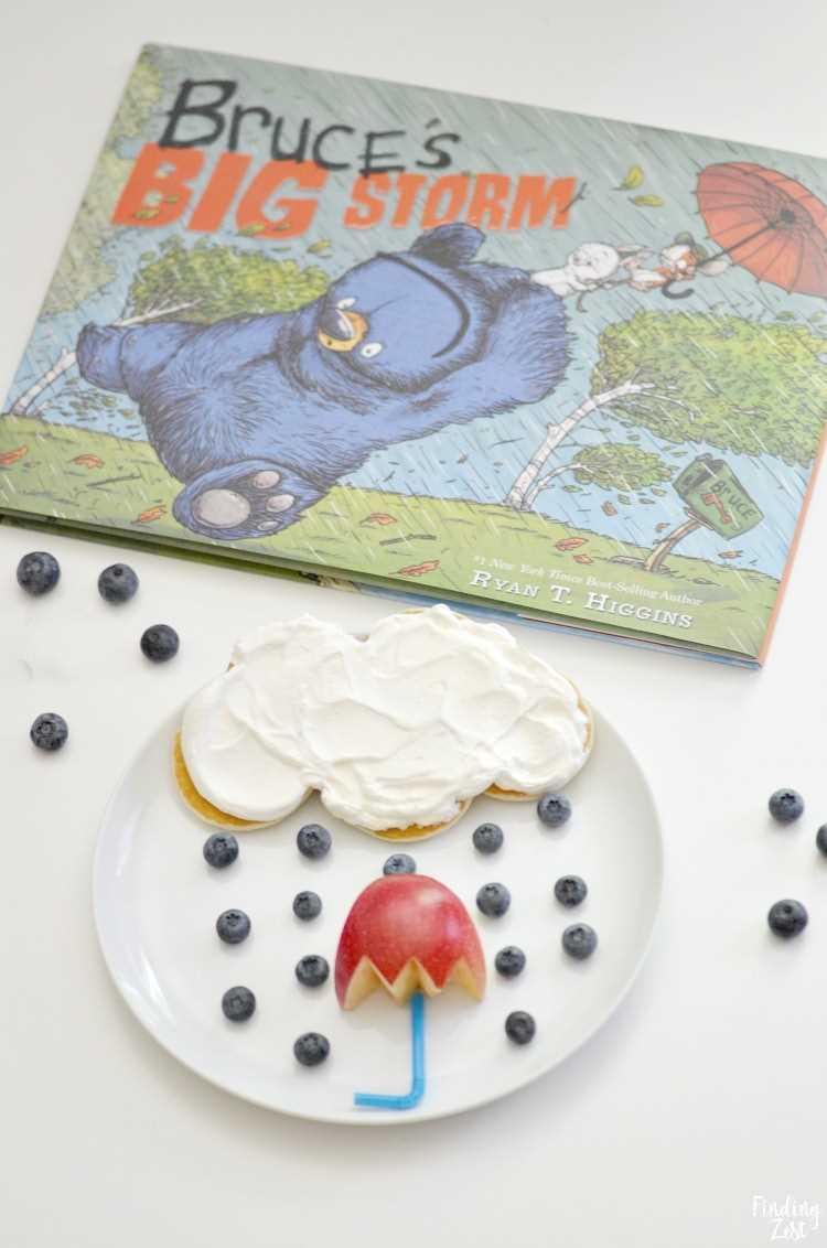 Nuvem de chuva e guarda-chuva de arte em alimentos inspirada no livro infantil Bruce's Big Storm