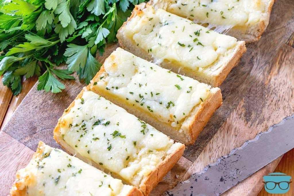 Pan de queso y ajo, rebanado en una tabla de cortar