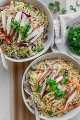 ¡Esta ensalada de pollo asiática es una que puedes comer para la cena cualquier día! Es baja en carbohidratos, colorida, llena de toneladas de sabor y súper relleno: no hay ensalada aburrida aquí