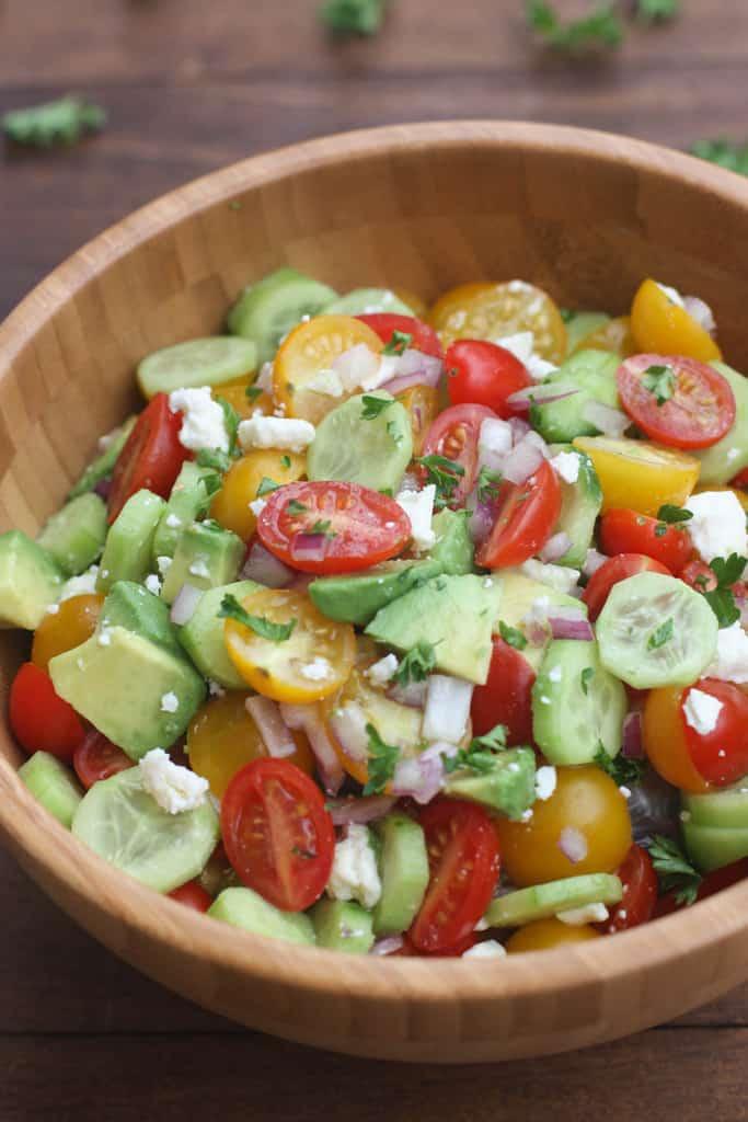 La Ensalada de Tomate, Pepino y Aguacate es la guarnición de verano FÁCIL, ligera y fresca perfecta. El | Sabe mejor desde cero