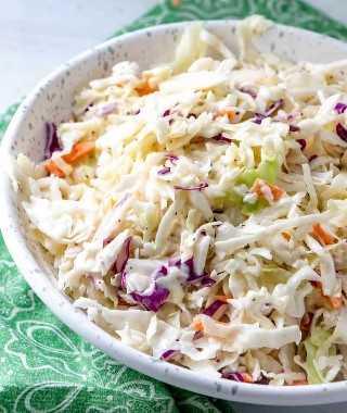 salada de repolho em uma tigela, salada de repolho tricolor com molho
