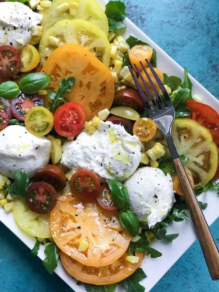 Ensalada de primavera de tomate y burrata