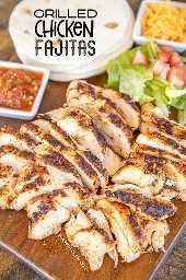 fajitas de pollo a la parrilla en una tabla para servir