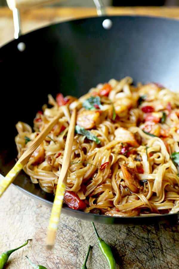 Drunken Noodles - ¡Una receta de fideos Drunken ardiente y fragante que sabe a la comida callejera de Bangkok! Este sencillo Thai Pad Kee Mao está listo en 16 minutos de principio a fin. Receta, fideos, tailandés, salteado, cena, almuerzo, rápido | pickledplum.com
