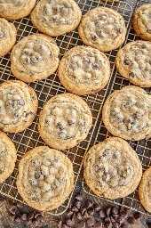 galletas de chispas de chocolate en una rejilla para hornear