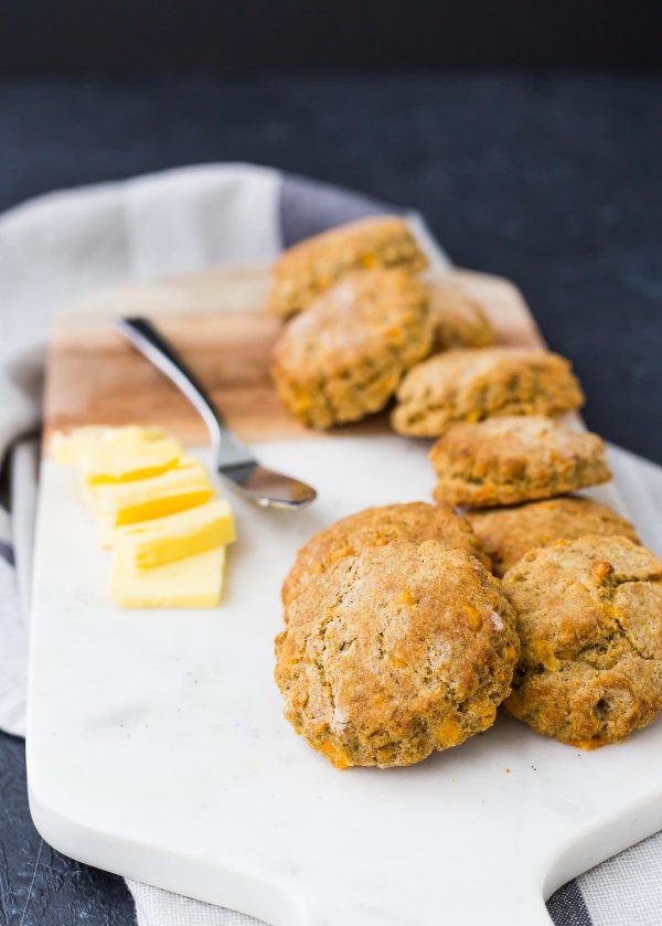 Las galletas de trigo integral son escamosas y decadentes, como era de esperar. Lo inesperadamente delicioso es el crujiente de la harina de maíz y el sabor del queso cheddar y la pimienta. ¡Obtén la receta fácil en RachelCooks.com!