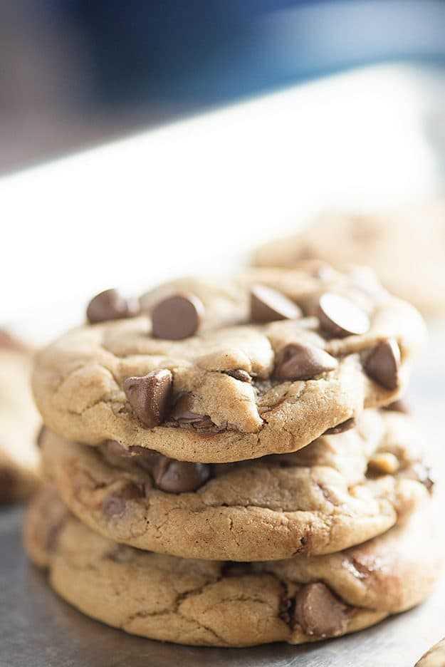 pila de las galletas de chispas de chocolate perfectas