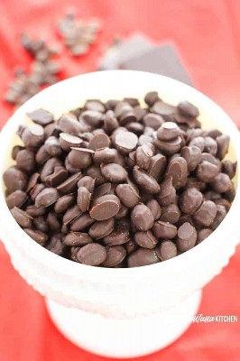 granos de café cubiertos de chocolate en plato blanco