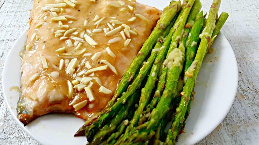 Mel Dijon amêndoa salmão e aspargos