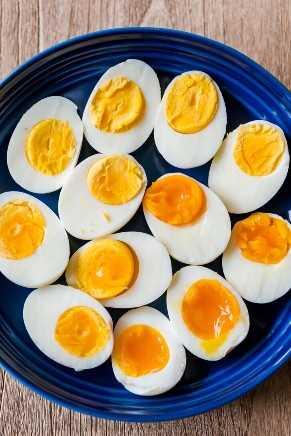 ovos cozidos em um prato com ovos cozidos, ovos cozidos médios e ovos cozidos