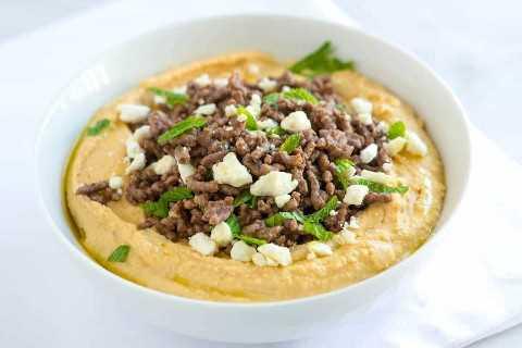 Hummus com carne moída temperada, queijo feta e hortelã