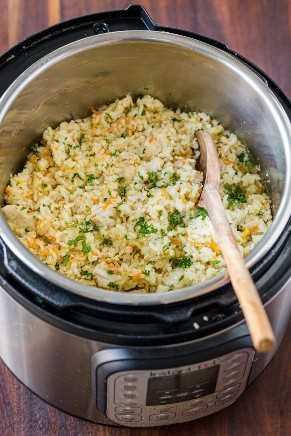 Panela instantânea de frango e arroz com colher