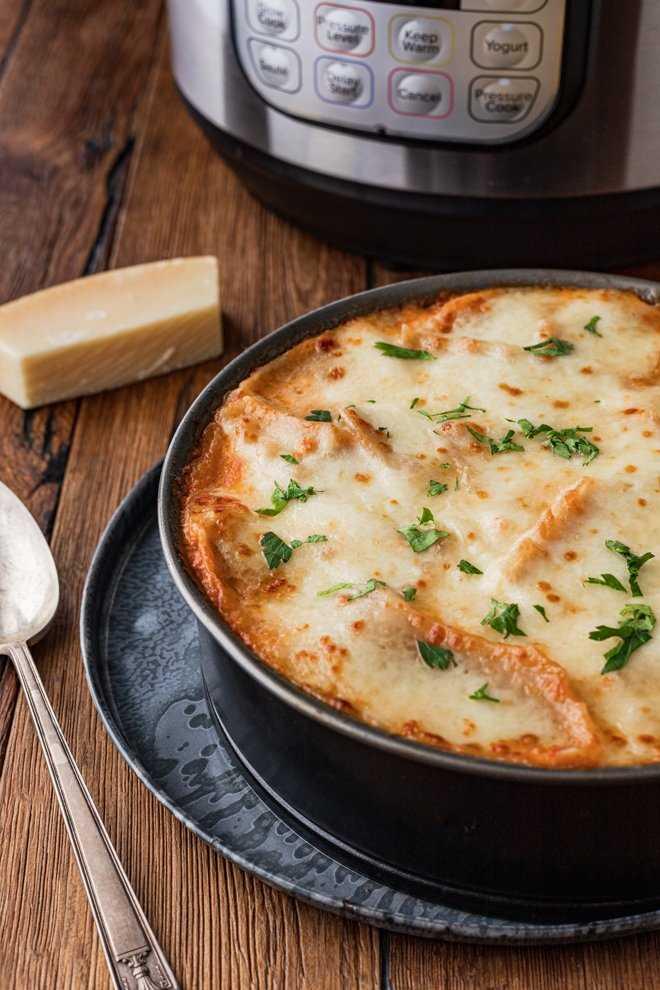 Esta Instant Pot Lasagna con abundantes capas de tomate y salsa de carne, rica ricotta, fideos tiernos y cremoso queso mozzarella es fácil de preparar en una noche ocupada de la semana.