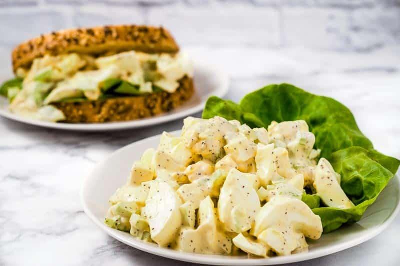 ensalada clásica de huevo y un sándwich