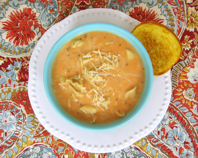 Sopa cremosa de tortellini con tomate: ¡lista en 10 minutos! Sopa de tomate enlatada con tortellini refrigerado, caldo de pollo, mitad y mitad, cebolla en polvo, ajo en polvo, albahaca y queso parmesano. ¡Esto es una locura! ¡Nadie sabrá que comienza con una sopa enlatada! ¡No puedo tener suficiente!