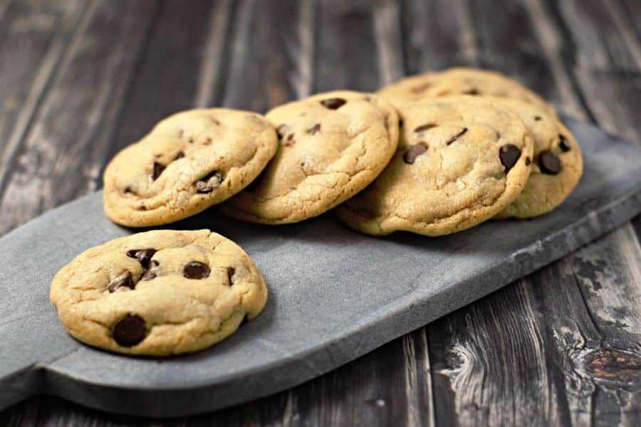 Las 6 mejores galletas de lotes suaves para dos recetas de lotes pequeños en una tabla de cortar