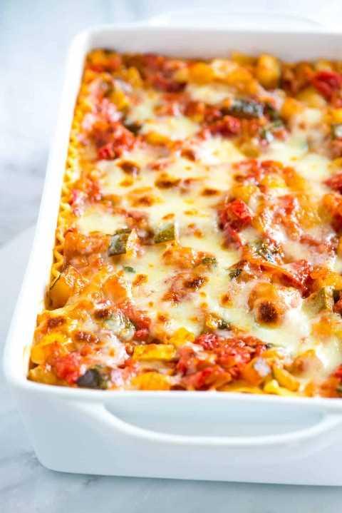Esta lasanha de legumes é a favorita de um leitor! Legumes frescos, molho leve de tomate e muito queijo fazem desta a melhor receita de lasanha de legumes.
