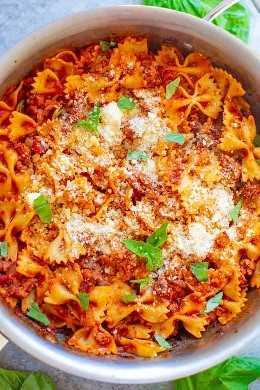 Lasanha de frigideira de 20 minutos mais saudável: Uma maneira rápida, fácil e mais SKINNIER de desfrutar de lasanha, em forma de frigideira! Comida reconfortante sem culpa! Massas quentes e carne com molho de tomate e parmesão é IRRESISTÍVEL !!
