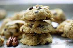 """¡Mini galletas con chispas de chocolate cargadas de nueces mantecosas! ¡Estas pequeñas galletas pequeñas son suaves, gruesas y masticables! #cookies #chocolate #recipe """"width ="""" 1000 """"height ="""" 1498 """"data-pin-description ="""" ¡Mini galletas de chispas de chocolate cargadas de nueces mantecosas! ¡Estas pequeñas galletas pequeñas son suaves, gruesas y masticables! #cookies #chocolate #recipe """"srcset ="""" https://www.bunsinmyoven.com/wp-content/uploads/2019/05/chocolate-chip-cookies-1.jpg 625w, https://www.bunsinmyoven.com /wp-content/uploads/2019/05/chocolate-chip-cookies-1-500x749.jpg 500w """"data-lazy-tamaños ="""" (ancho máximo: 1000px) 100vw, 1000px """"src ="""" https: // www .bunsinmyoven.com / wp-content / uploads / 2019/05 / chocolate-chip-cookies-1.jpg """"> ¿Creería que nunca he sido un gran fanático de las nueces en mis cookies?</p> <p>Nunca me gustó el crujido inesperado. Siempre quiero una galleta súper suave y masticable cargada de chispas de chocolate derretido.</p> <p>Entonces crecí.</p> <p>Ahora tengo algo importante para ese poco de sabor y textura que las nueces agregan a las galletas. Especialmente nueces, tan mantecosas y deliciosas.</p> <p>Estas galletas de nueces con chispas de chocolate son un riff en mi galleta de chispas de chocolate perfecta: agregué nueces y las hice pequeñas. ¡Amamos a estos pequeños!</p> <p><img class="""