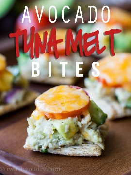 Essas picadas de abacate e atum são misturadas com atum escamoso e abacate cremoso, tudo em cima de um waffle crocante e coberto com queijo derretido! Aperitivo perfeito!