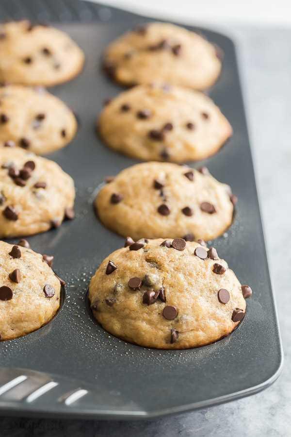 muffins de chispas de chocolate y plátano en un molde para muffins